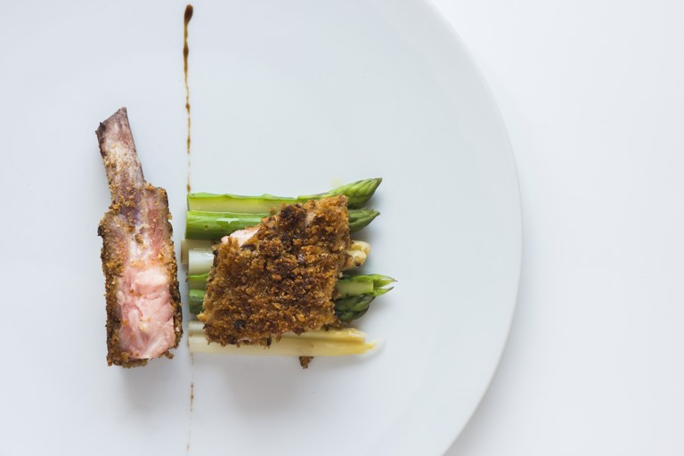 Iberian pork ribs with breadcrumbs and asparagus