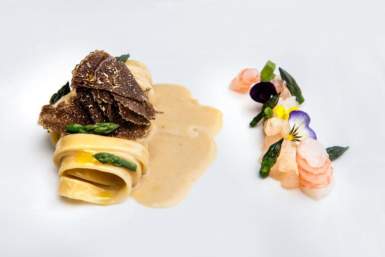 Fettuccine with sea bream tartare and black truffle