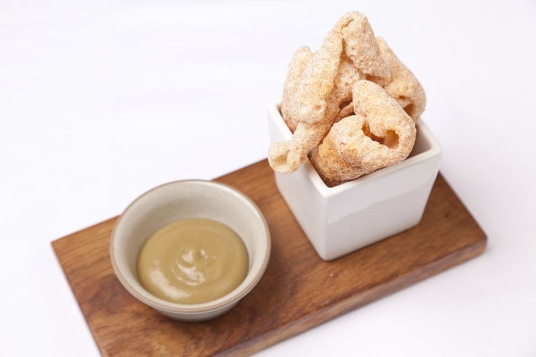 Pork scratchings with baked apple purée