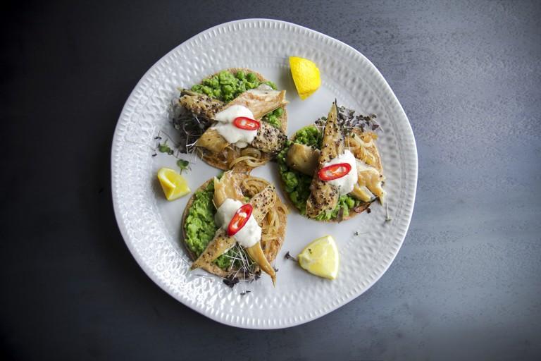 Smoked mackerel and crushed peas on crispbreads