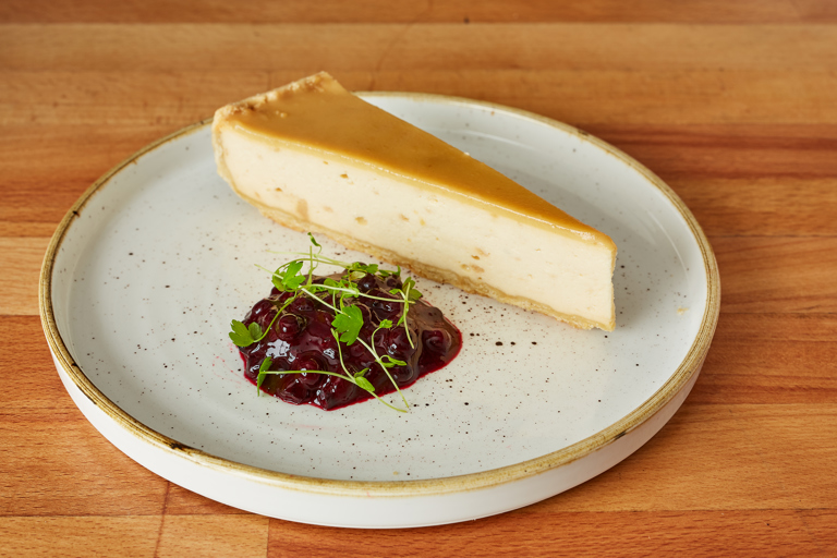 Baked vanilla halva cheesecake with bilberry compote