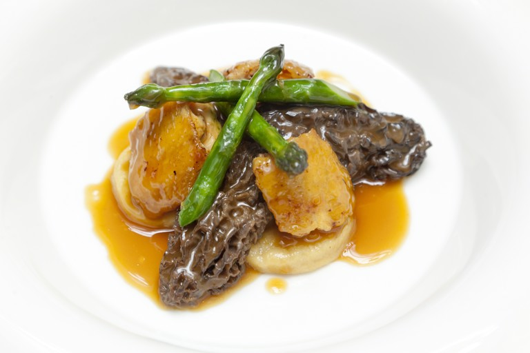 Chicken wings with gnocchi, morels, asparagus and chicken emulsion