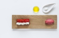 Raw beef with tomatoes and mozzarella