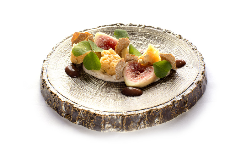 Honeycomb of goat's cheese with macerated figs and rye crispbread