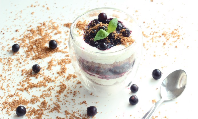 Blueberry cheesecake with almond crumble